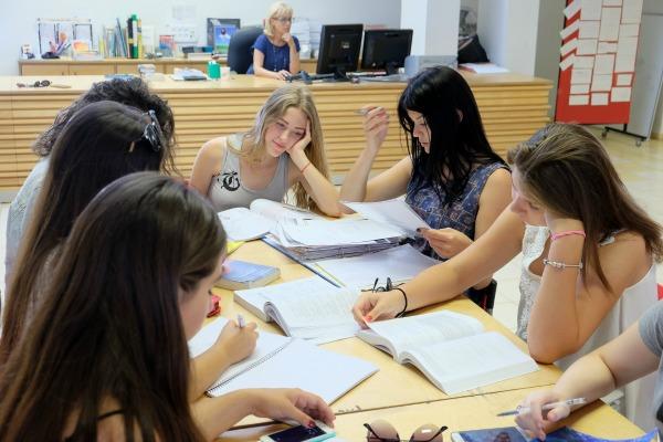 קבוצת תלמידות לומדות יחד בספריה