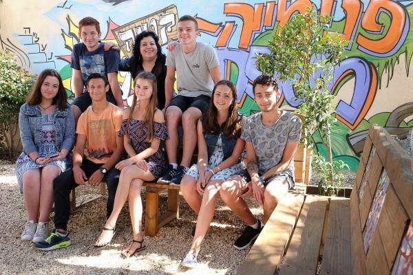 קבוצת תלמידים יושבים על ספסל