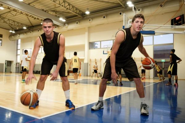 תלמידים משחקים כדורסל