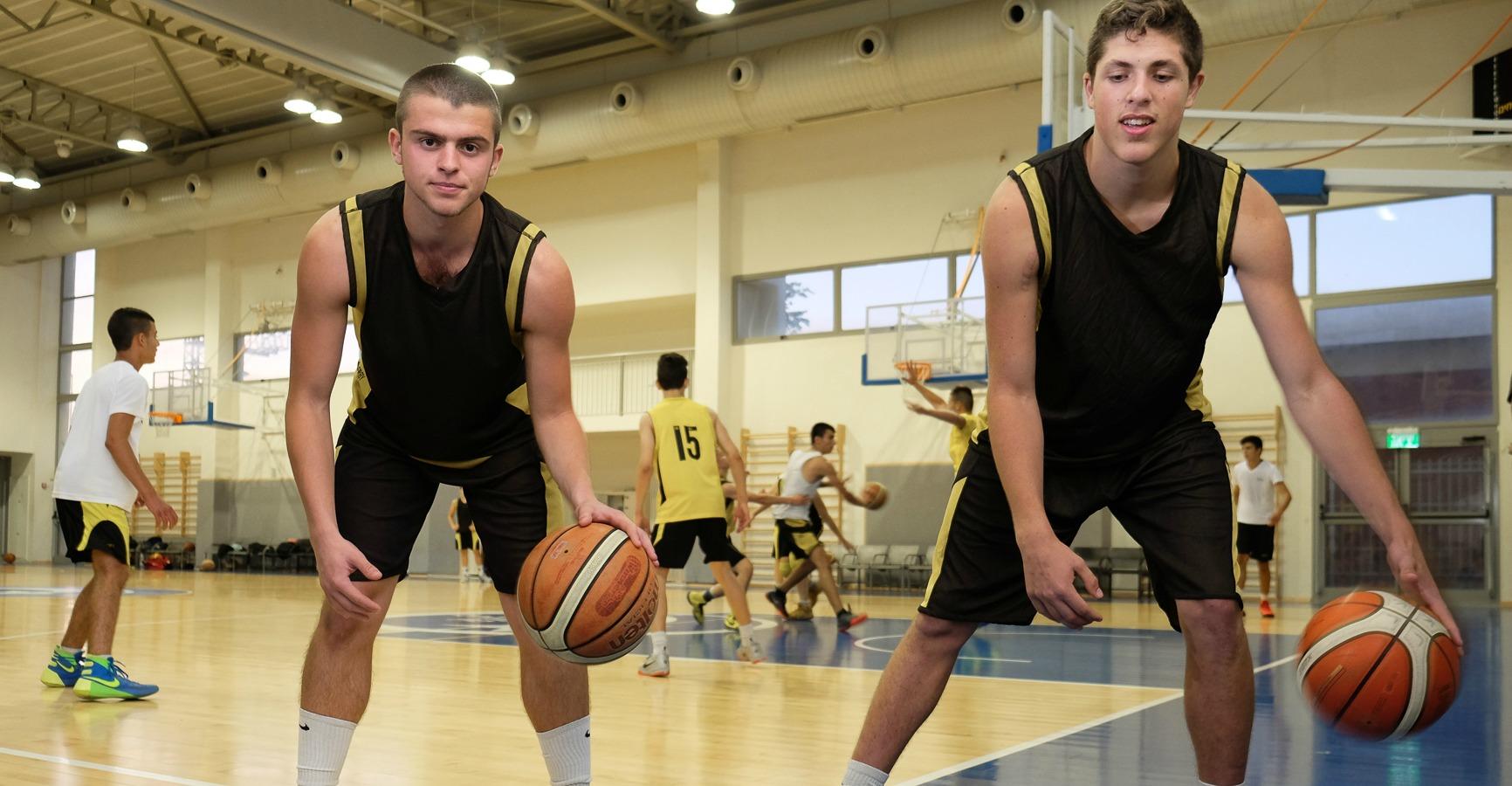תלמידים מכדררים כדורסל